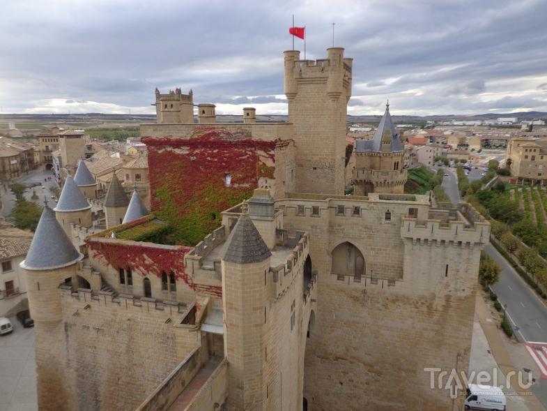 Общий вид замка в Olite.  / Испания