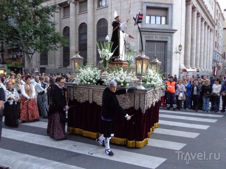 Одно из шествий в последний день праздника в Сарагосе. / Испания