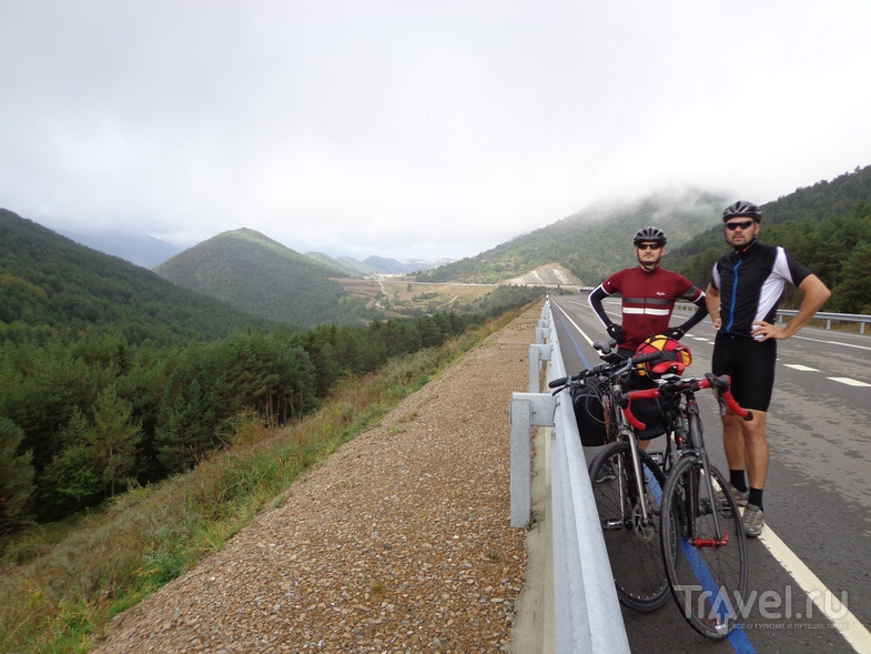 Подъем на перевал по дороге в Ainsa. / Испания