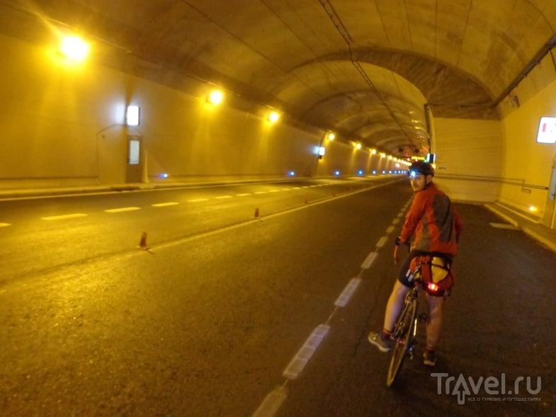 Пропускаем попутный поток машин в аварийном кармане в туннеле на шоссе N-260. / Испания