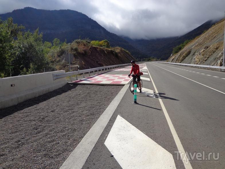 Полоса аварийного торможения с гравием на спуске с перевала после туннеля. / Испания