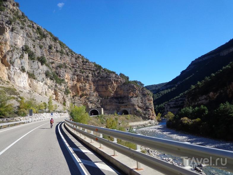 Дорога на Ainsa вдоль реки Ara со старым и новым туннелями. / Испания