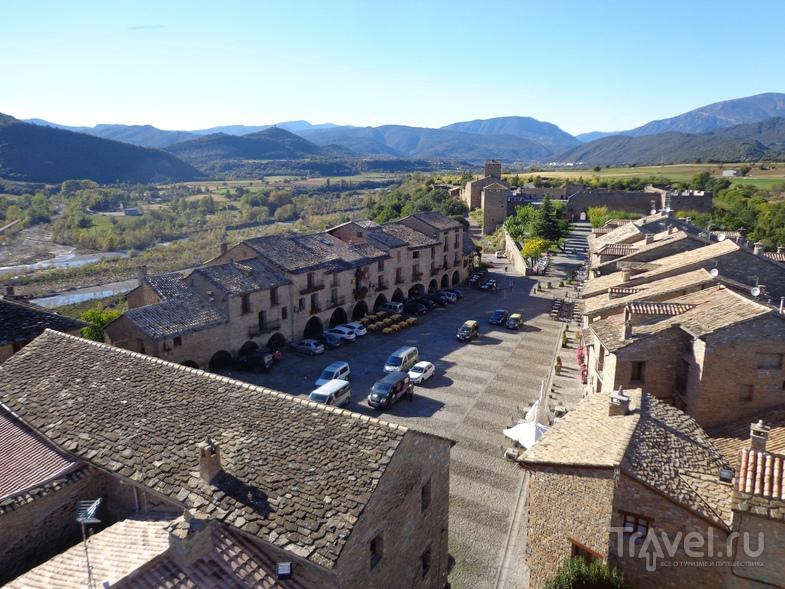 Главная площадь Ainsa. Вид с колокольни. / Испания
