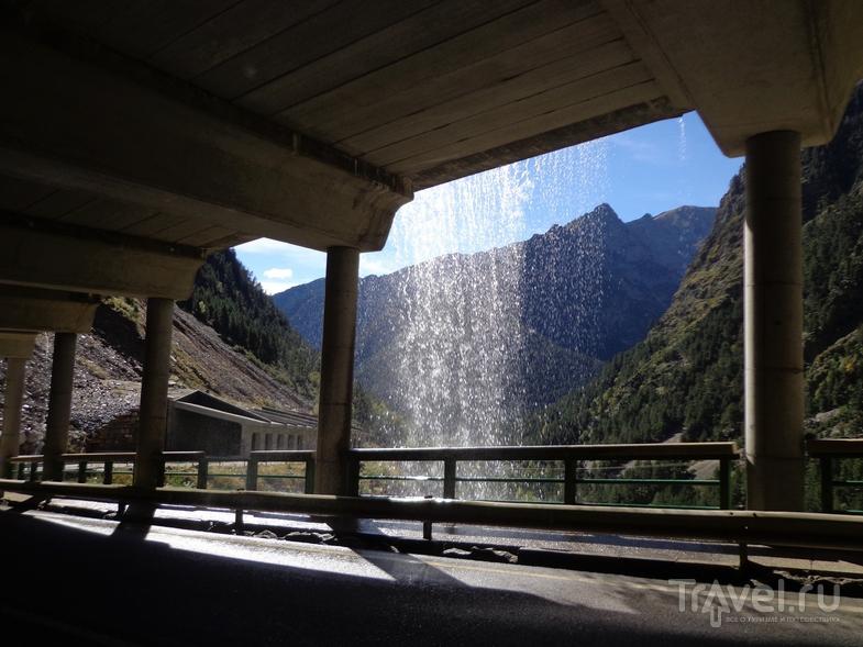 Полутуннель, через который протекает ручей. / Испания