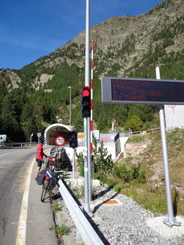 Ждем зеленого света на въезде в туннель Aragnouet-Bielsa. / Испания