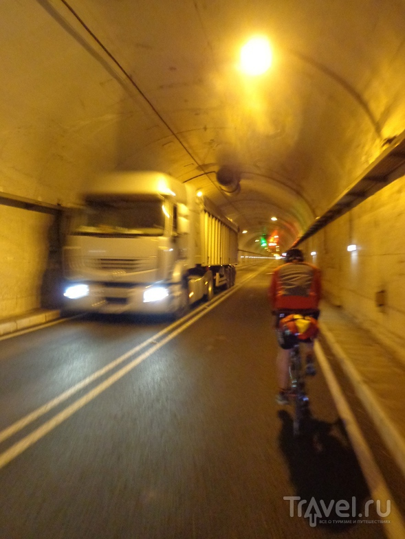 Встречная фура в тунелле. Узко, холодно и очень громко. / Испания