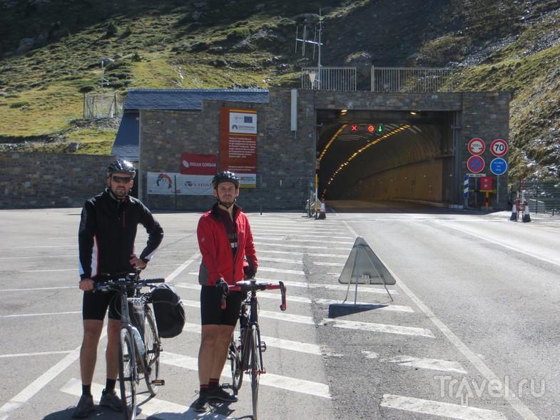 На выезде из туннеля. Внутри туннеля виден уклон, начинающийся сразу после въезда. / Испания