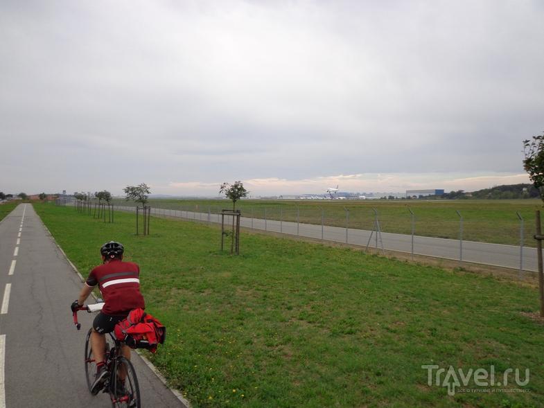 Велодорожка у аэропорта Тулузы, самолеты садятся в 100 метрах. / Испания