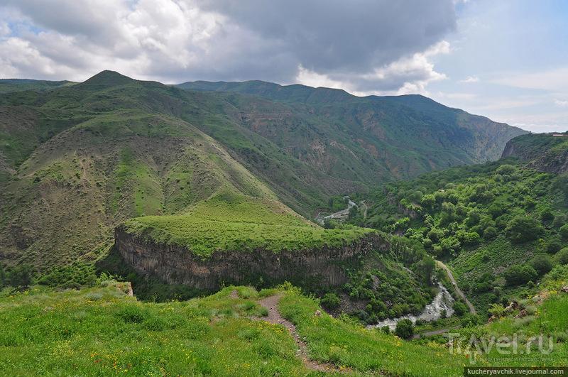 Храм Гарни стоит над обрывом / Армения