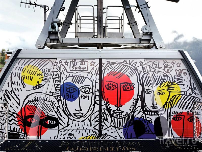 Украшенные по эскизам французского дизайнера Жан-Шарля де Кастельбажака телекабины, Франция / Франция