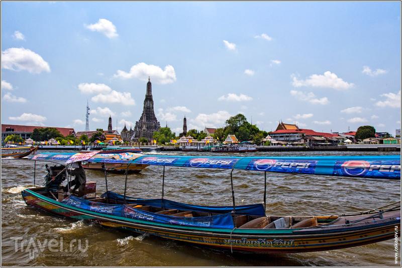 Колоритные лодки снуют туда-сюда по реке / Таиланд