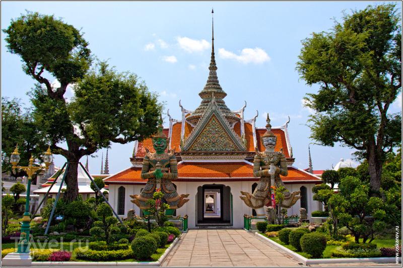 Вход в храм традиционно охраняют якши / Таиланд