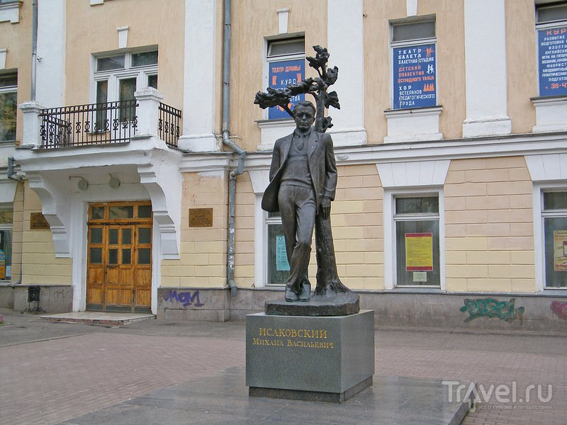 Памятник поэту Михаилу Исаковскому в Смоленске, Россия / Фото из России