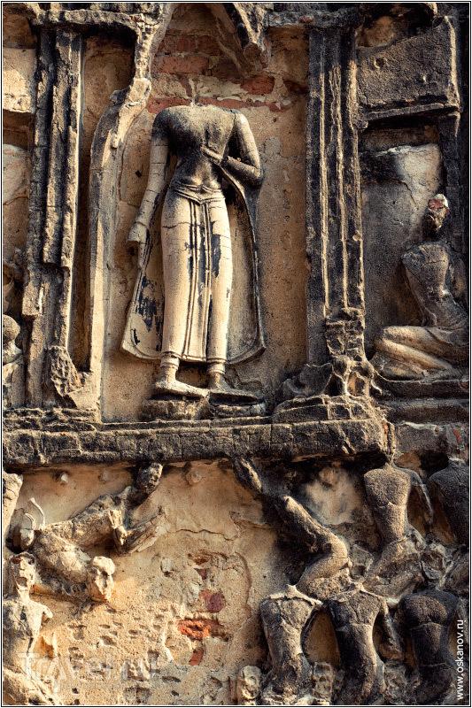 Когда-то художник выдумал сюжет и композицию и старательно вырезал релльеф в камне / Фото из Таиланда