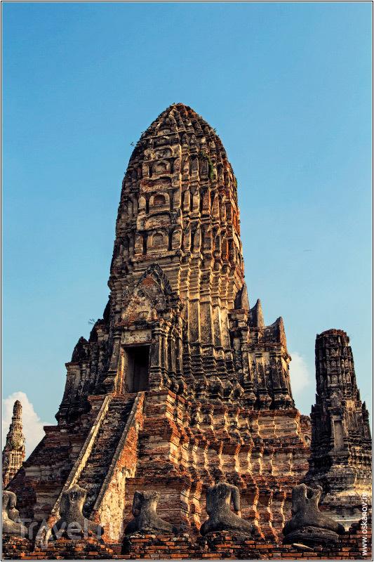 Обезглавленные статуи медитируют перед руинами пранга / Фото из Таиланда