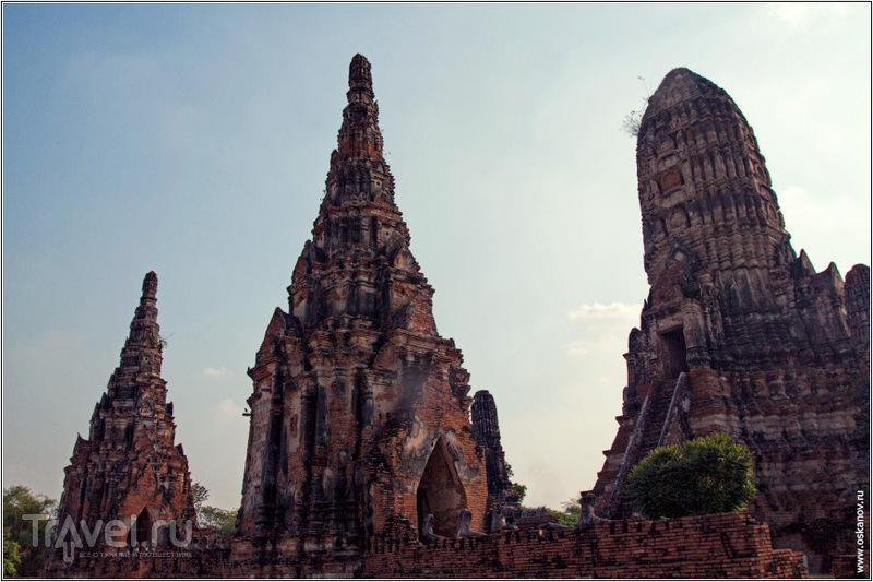 На стене можно увидеть изуродованные статуи / Фото из Таиланда