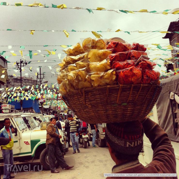 Продажа снэков на джип-станции в Дардже / Индия