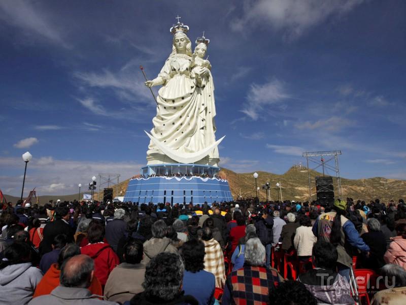 Гигантская статуя Девы Марии, возвышающаяся над городом Оруро, Боливия / Боливия