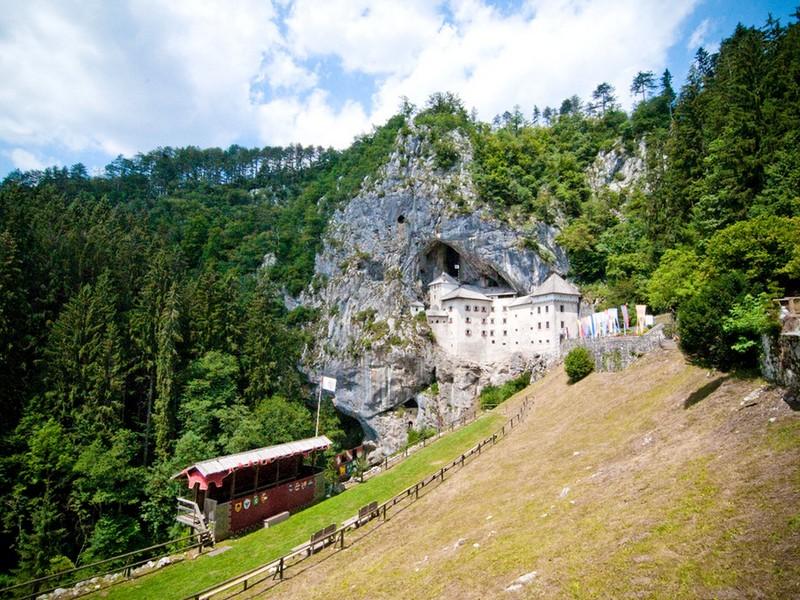 Предямский замок построен в неприступных скальных пещерах на высоте 123 метра / Словения