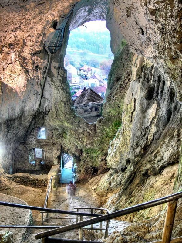Секретные тоннели внутри Предямского замка в Словении / Словения