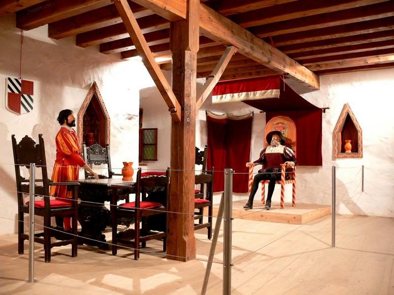 Внутри Предямского замка можно увидеть экспозиции, устроенные в бывших жилых помещениях / Словения