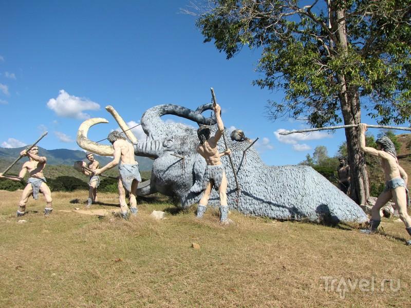 Сцена охоты на мамонта в парке динозавров Valle de la Prehistoria, Куба / Куба