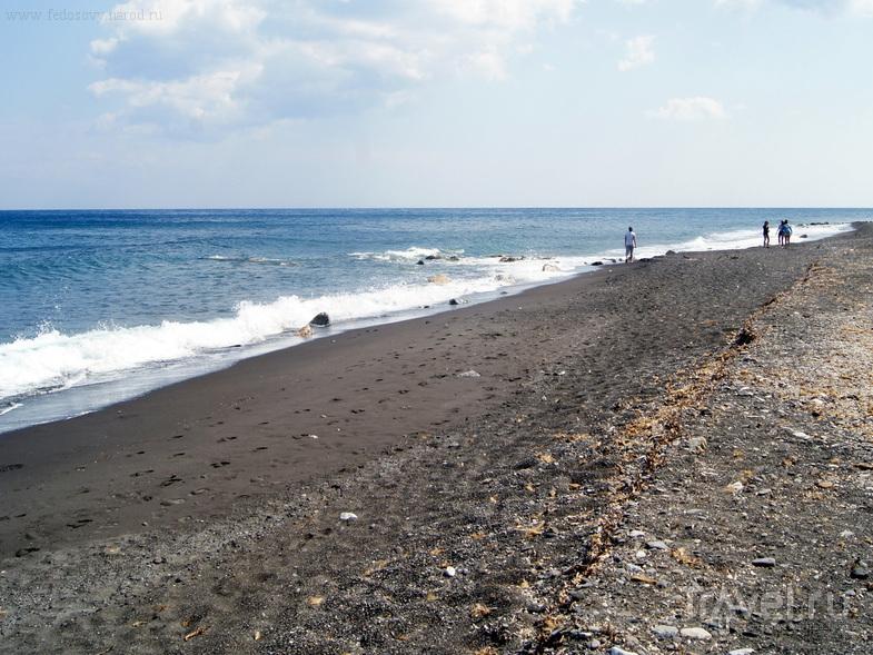 Пляж в Периссе на острове Санторин, Греция / Фото из Греции