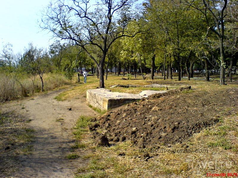 Остатки старых укреплений, Комсомольский сквер, недалеко от памятника Петру 1 в Таганроге, Россия / Фото из России