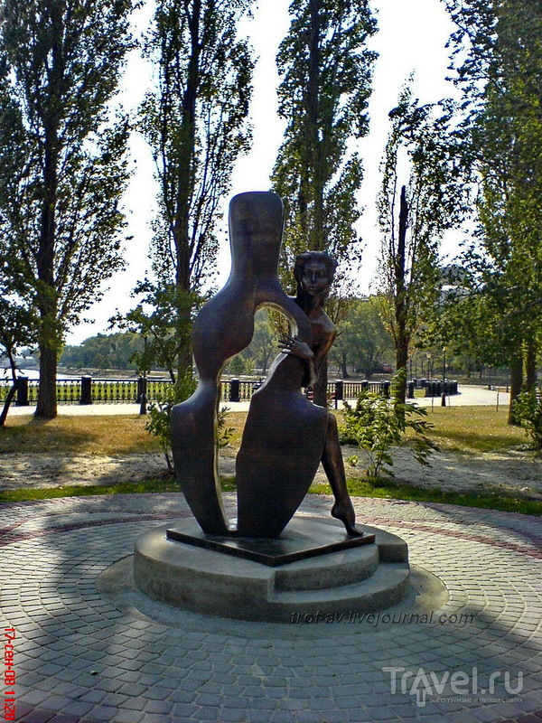 Памятник Роман с контрабасом в Таганроге, Россия / Фото из России
