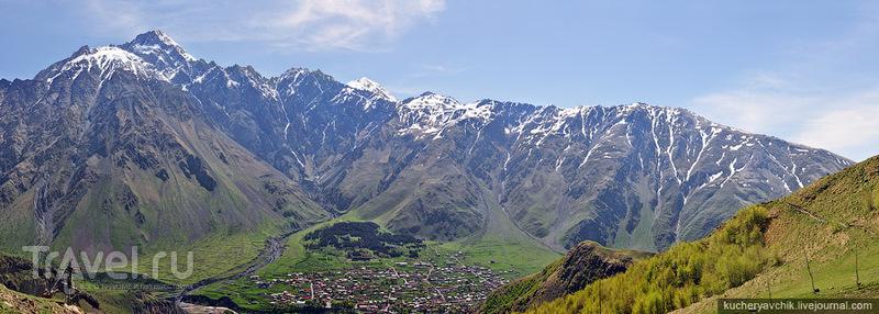 Вид с горы возле церкви Троицы на запад (гора Казбек) и восток (гора Шан) / Фото из Грузии