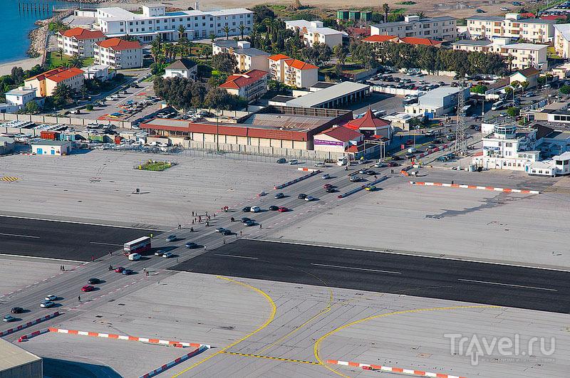 Автомобильное движение через ВПП, Гибралтар / Гибралтар (Брит.)