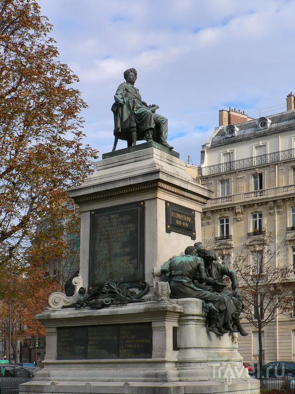 Памятник Александру Дюма-отцу у метро Мальзерб