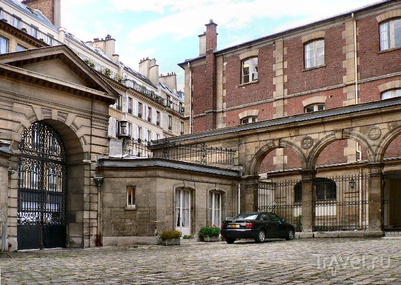 Внутренний двор монастыря Дешо, место несостоявшейся дуэли д'Артаньяна и Атоса
