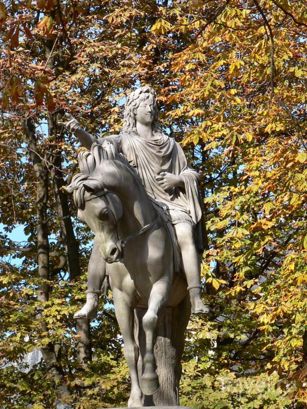 Статуя Людовика XIII на площади Вогезов