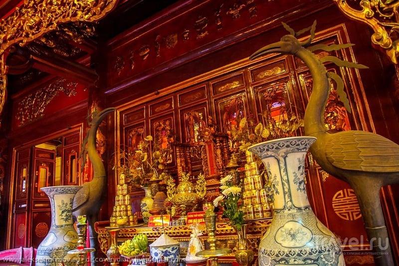 В храме Бак Ма в Ханое, Вьетнам / Фото из Вьетнама