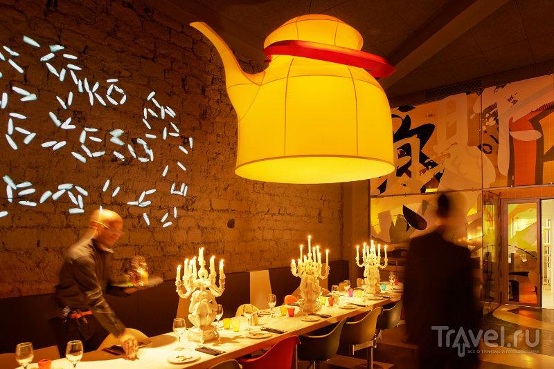 Бумажная люстра в виде чайника создает аллюзии к бумажным фонарикам / Франция