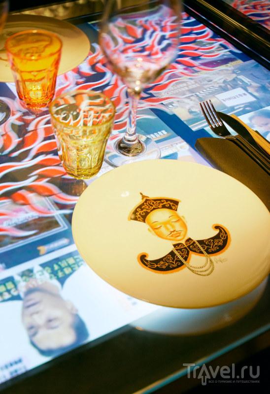 Посуда украшена портретами анонимных соратников мисс Ко / Франция