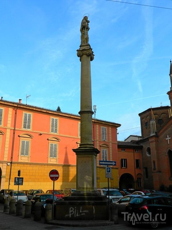 Колонна на piazza san Martino в Болонье, Италия / Фото из Италии