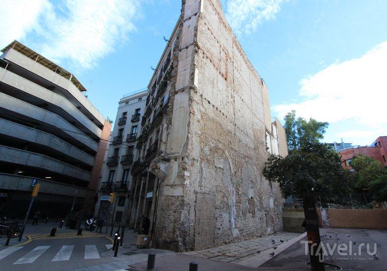 Фальшивый акведук в Барселоне / Испания