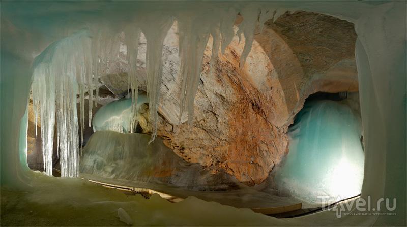 Объем ледяных наростов на стенах и сводах пещеры превышает 30 тысяч кубометров / Австрия
