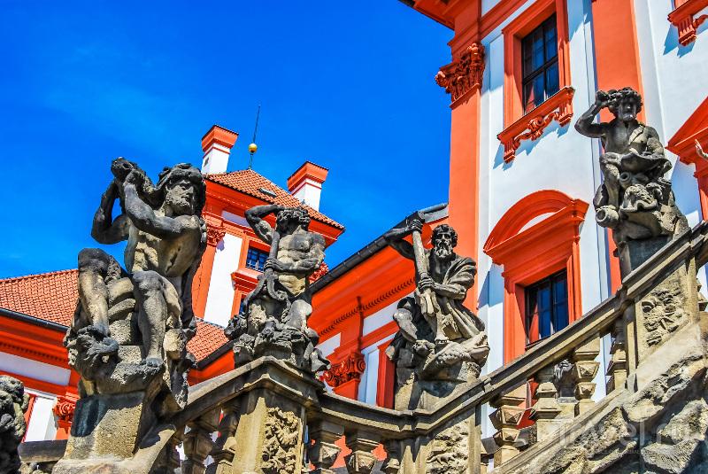 Построенная в 1703 году двухмаршевая парадная лестница является главным украшением замка
