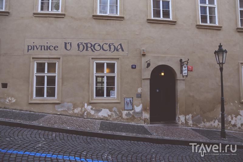 Чешская пивная на улице, ведущей вниз в Праге, Чехия / Чехия