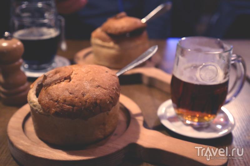 Мясной гуляш в хлебе и темное пиво / Чехия
