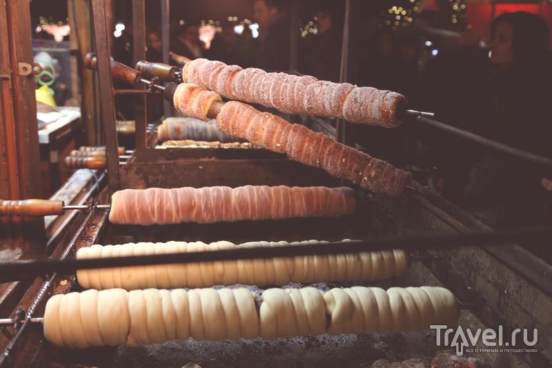 Чешская сладость трдельник в процессе приготовления / Чехия