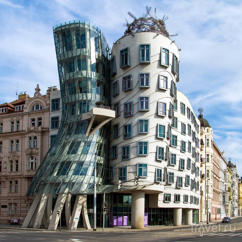Построенный в 1996 году Танцующий дом является признанным шедевром современной архитектуры