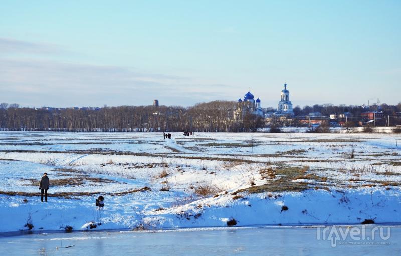 Вид на Боголюбский монастырь со стороны храма Покрова на Нерли / Фото из России