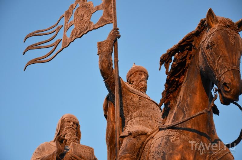 Несмотря на заслуги Андрея Боголюбского, на смотровой площадке перед Успенским собором установлен памятник основателю города, Владимиру Мономаху / Фото из России
