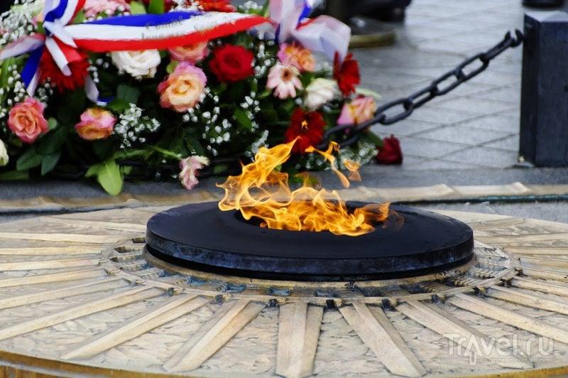Вечный огонь на могиле Неизвестного солдата под Триумфальной аркой Парижа