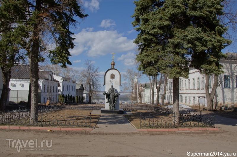 Памятник Макарию Калязинскому в Калязине, Россия / Фото из России