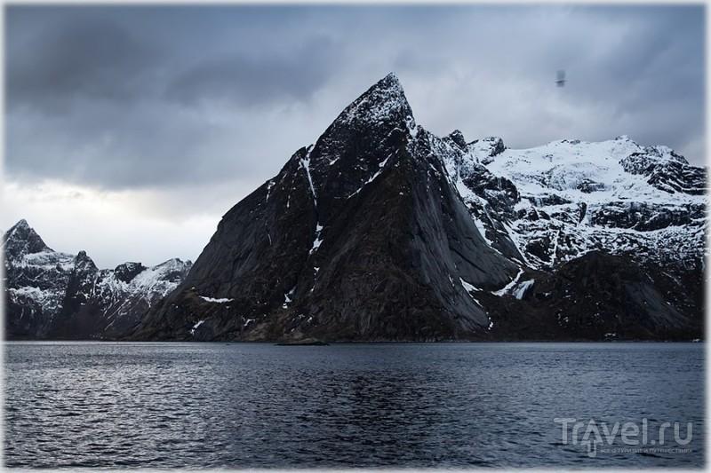 Гора Olstinden в Reine на Лофотенских островах, Норвегия / Фото из Норвегии